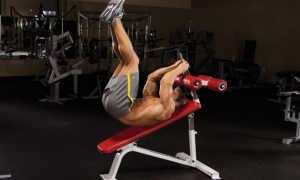 Подъем ног на наклонной скамье (обратное скручивание)