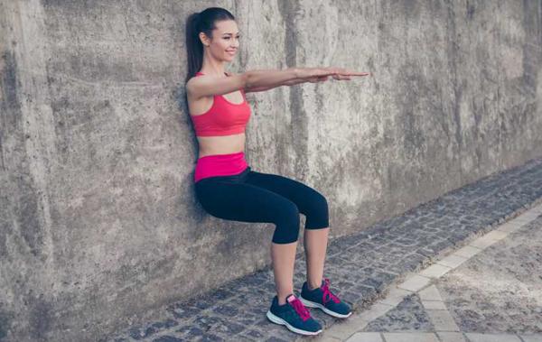Упражнение стульчик у стены